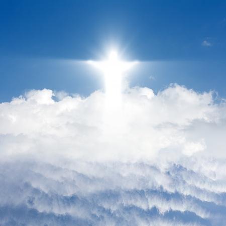 jesus on cross: Jesucristo en el cielo azul con nubes blancas - el cielo