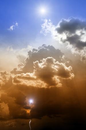 hoopt: Dramatische achtergrond - zon in blauwe hemel, bliksemschichten in de donkere hemel - hemel en hel Stockfoto