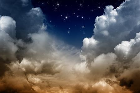 büyülü: Bulutlar ve parlak yıldızlı karanlık gökyüzü