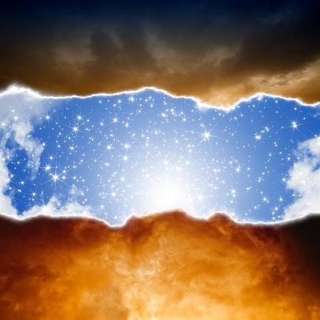 infierno: Fondo dramático - el sol y las estrellas en el cielo azul, las nubes oscuras de color rojo, el infierno y el cielo Foto de archivo