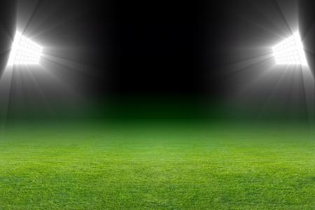 soccer: Verde campo de fútbol, ??focos luminosos, iluminados estadio