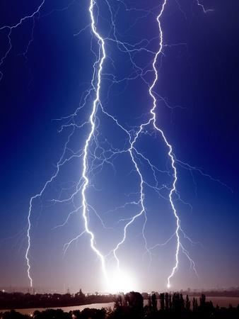 rayo electrico: Perno enorme de rel�mpagos golpea peque�a ciudad Foto de archivo