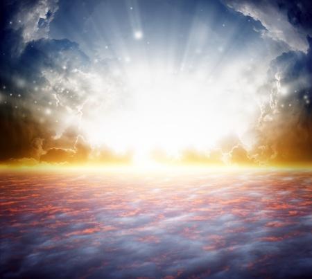 himlen: Fredlig bakgrund - vacker soluppgång, strålande sol stråle, himmel