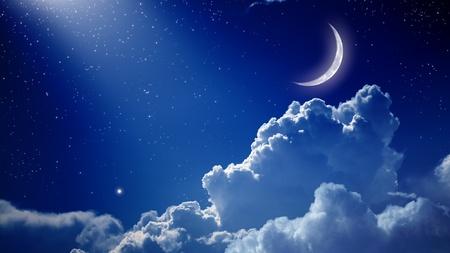 Peaceful fondo, cielo azul noche con la luna, las estrellas, las nubes hermosas y luz brillante desde arriba