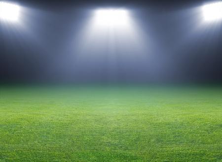 terrain foot: Vert terrain de soccer, spots lumineux, éclairé stade