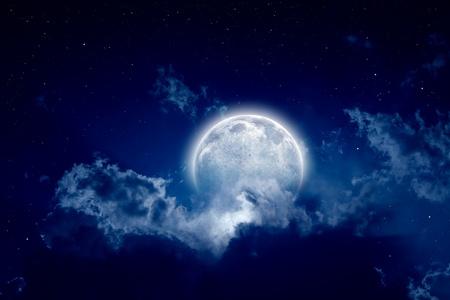 Rustige achtergrond, nachtelijke hemel met volle maan, de sterren, prachtige wolken Elementen van deze afbeelding geleverd door NASA Stockfoto