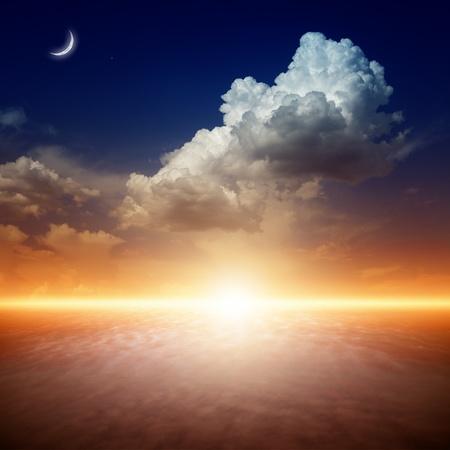 sol y luna: Fondo de naturaleza hermosa - rojo puesta de sol, sol brillante luna, y las estrellas en el cielo azul oscuro