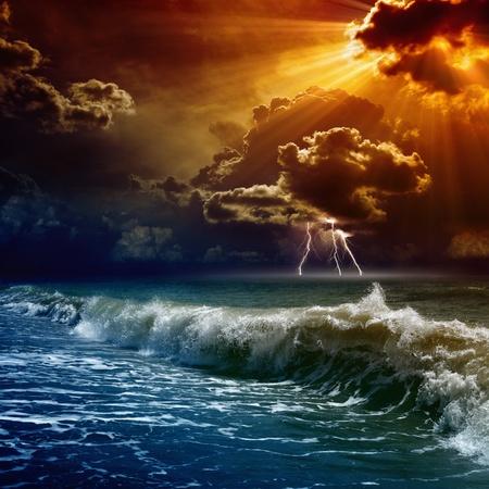 Natuur kracht achtergrond - bliksemen in donkerrode zonsondergang hemel, stormachtige zee
