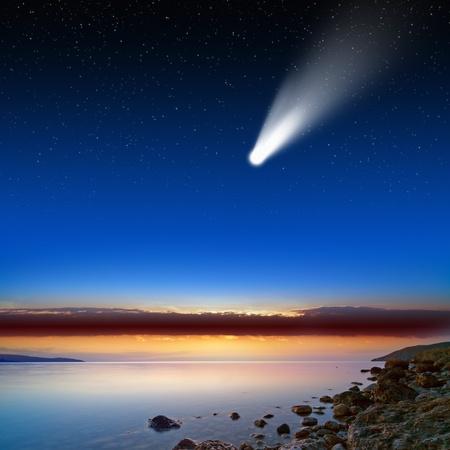 Abstracte wetenschappelijke achtergrond - vallende komeet, donker blauwe hemel, glad serene zee, sterren in de ruimte.
