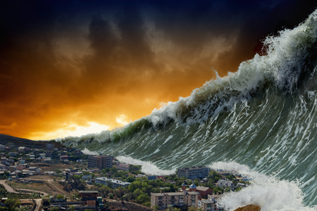 Apocalyptic fondo dramático - gigantescas olas de tsunami estrellarse pequeño pueblo costero Foto de archivo