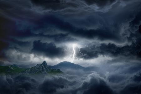 Natuur kracht achtergrond - heldere bliksem in donkere stormachtige hemel in de bergen Stockfoto