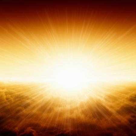 Bellissimo sfondo - brillante alba rosso e giallo su nuvole scure, incandescente orizzonte Archivio Fotografico - 23744024