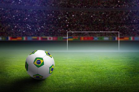 soccerfield: Voetbalstadion in de nacht, voetbal met de vlag van brazilië, groen voetbalveld, voetbal doel Stockfoto
