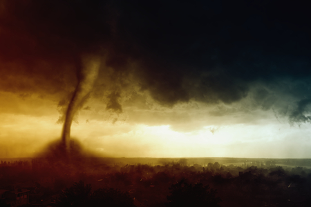 Naturaleza vigor de fondo - el cielo oscuro de tormenta, tornado enorme golpea pequeña ciudad Foto de archivo