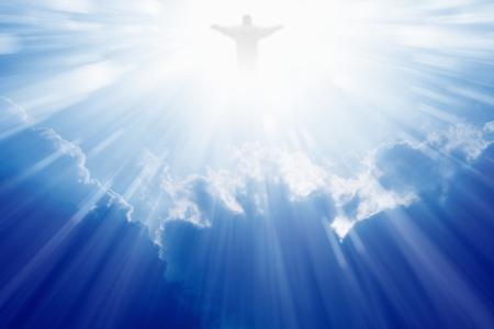 구름과 푸른 하늘에 예수 그리스도의 밝은 빛 스톡 콘텐츠