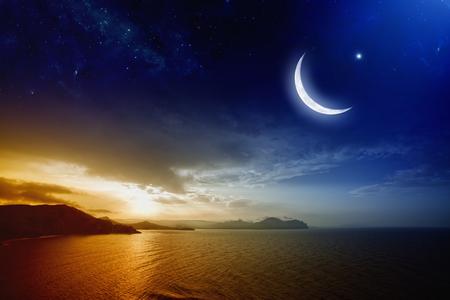 Ramadan achtergrond met de maan en de sterren, heilige maand, mooie rode zonsondergang over zee.