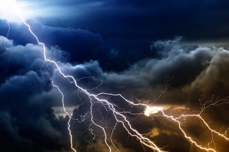 Dramatická příroda pozadí - světlé blesky v temné bouřlivé nebe