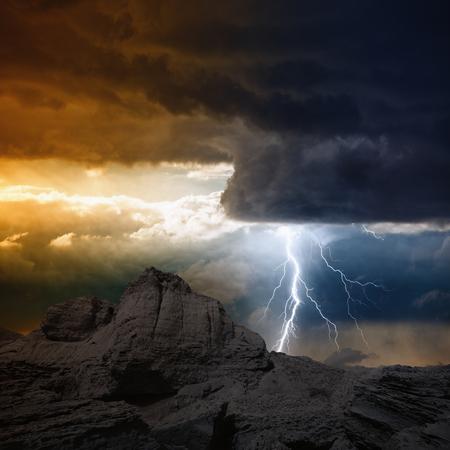Natuur kracht achtergrond - heldere bliksem uit de donkere wolken raakt berg