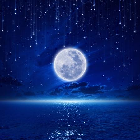 lleno: Fondo pac�fica, cielo nocturno con la luna llena y la reflexi�n en el mar, las estrellas fugaces, horizonte brillante