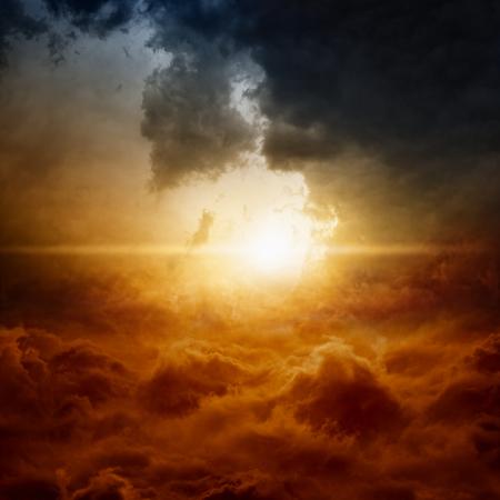 극적인 자연 배경 - 어두운 폭풍우 하늘에서 밝은 태양 스톡 콘텐츠