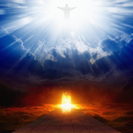 Jezus Christus in de blauwe lucht met wolken, helder licht uit de hemel, brandend deuropening in donkerrood hemel, de weg naar de hel, weg naar de hel, hemel en hel