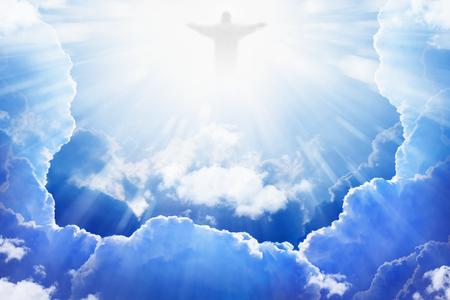 resurrección: Jesucristo en el cielo azul con nubes, la luz brillante del cielo, resurrección, Pascua