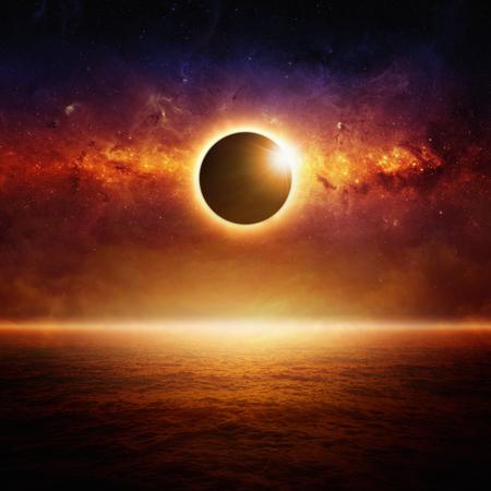 Fantástico fondo abstracto - eclipse de sol pleno, brillante horizonte sobre el océano rojo, fin de mundo. Foto de archivo