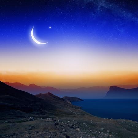 月と星、聖なる月、ラマダン カリーム、山のシルエットとイスラムの背景。NASA から提供されたこのイメージの要素