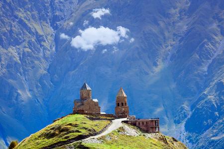 Gergeti christelijke kerk in de buurt van Kazbegi, Stepancminda dorp in Georgië, de Kaukasus.