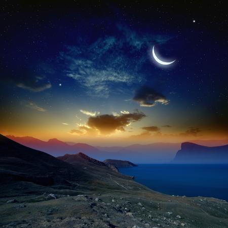 산과 바다, 빛나는 수평선, 달과 어두운 푸른 하늘에 밝은 별에서 아름 다운 일출입니다. NASA http:visibleearth.nasa.gov가 제공이 이미지의 요소 스톡 콘텐츠