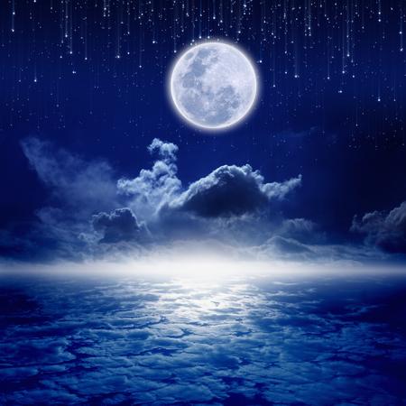 Volle maan in nachtelijke hemel met vallende sterren en mysterieus gloeiende horizon. Elementen van deze afbeelding geleverd door NASA http:visibleearth.nasa.gov Stockfoto