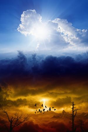 infierno: Cielo azul con el sol y el cielo de color rojo oscuro de tormenta con rel�mpagos, el cielo y el infierno, el bien y el mal