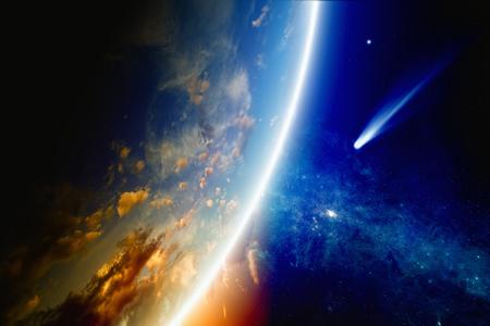 Résumé scientifique - la comète s?approche de la planète rougeoyante Terre, de la nébuleuse et des étoiles dans l?espace