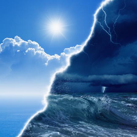 Weersverwachting concept achtergrond - tegenover weersomstandigheden, felle zon en blauwe zee; donkere stormachtige hemel met bliksemen en stomy zee Stockfoto