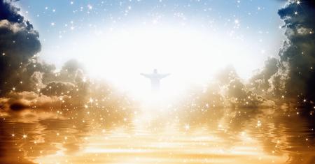 Jezus: Jezus Chrystus sylwetka w lśniących niebie nad morzem, jasne światło z nieba Zdjęcie Seryjne