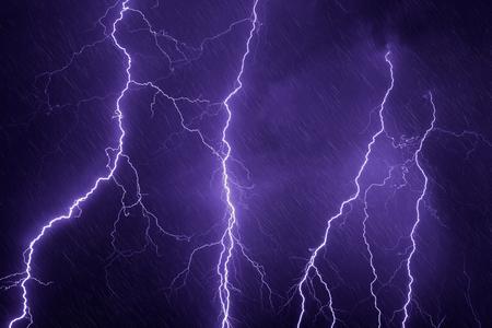 Nature vigueur fond - éclairs et de la pluie dans le ciel d'orage sombre Banque d'images - 37046857