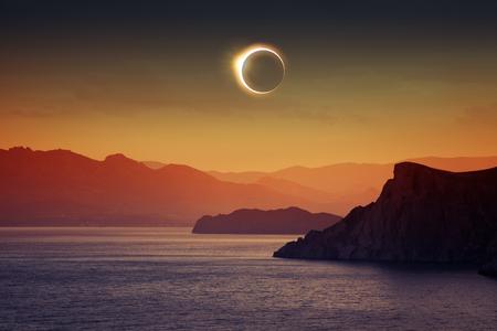 Wetenschappelijke achtergrond, astronomisch fenomeen - de volle zon eclips, totale zonsverduistering, de bergen en de zee