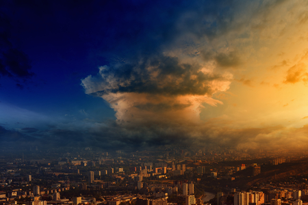 Paddestoel wolk eruit bomexplosie nucleaire over grote stad