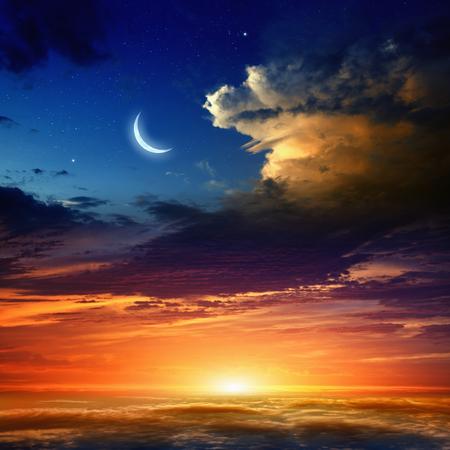 sol y luna: Fondo hermoso - nueva luna en el cielo azul oscuro con estrellas, brillando atardecer nubes. Los elementos de esta imagen proporcionada por la NASA nasa.gov Foto de archivo