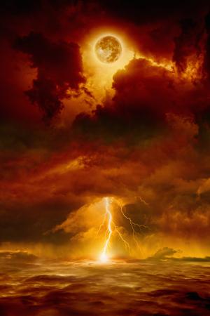 Dramático fondo apocalíptico - cielo rojo oscuro con la luna llena y el relámpago, extremo del mundo, día del juicio.