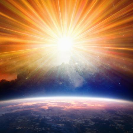 Helder licht van bovenaf schijnt op de planeet Aarde. Elementen van deze afbeelding geleverd door NASA nasa.gov
