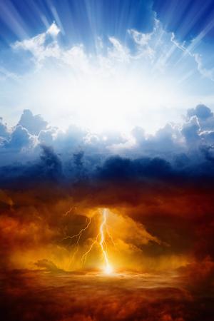 biblia: Religiosa de fondo - el cielo y el infierno, bien y el mal, la luz y la oscuridad Foto de archivo