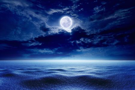 noche y luna: Invierno estacional fondo - cielo de la noche fría de invierno con la luna llena, el clima de invierno con la nieve. Los elementos de esta imagen proporcionada por la NASA