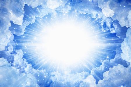 아름 다운 평화로운 배경 - 위에서 밝은 빛으로 아름다운 푸른 하늘, 하늘에서 빛 스톡 콘텐츠 - 52460144