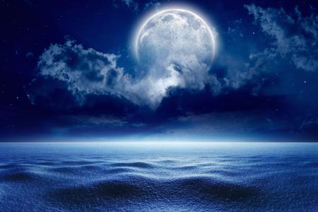 completo: Invierno de antecedentes - cielo de la noche fría de invierno con la luna llena, el clima invernal con nieve. Los elementos de esta imagen proporcionada por la NASA Foto de archivo