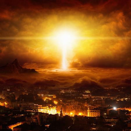 Apokaliptyczne tło religijne - ogromna potężny piorun uderza miasto, dzień sądu, koniec świata, czerwone świecące niebo Zdjęcie Seryjne
