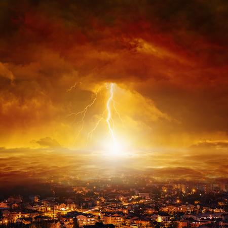 De fondo apocalíptico - día del juicio final, extremo del mundo, enorme potente rayo golpea la ciudad de cielos rojos brillantes Foto de archivo - 57746299