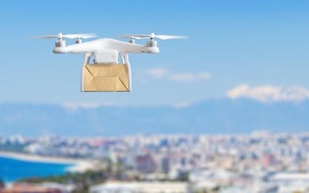 Innovazione tecnologica moderna della spedizione - concetto veloce di consegna del fuco, volo di multicopter con la scatola di cartone sopra la città Archivio Fotografico - 82935214