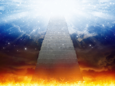 Drammatico sfondo religioso - paradiso e inferno, scala per il paradiso, luce di speranza dai cieli blu