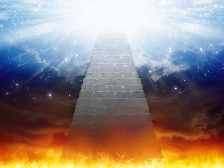 Dramatischer religiöser Hintergrund - Himmel und Hölle, Treppe zum Himmel, Licht der Hoffnung vom blauen Himmel Standard-Bild - 92092072